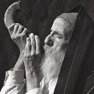 AN OLD YEMENITE MAN BLOWING THE SHOFAR
